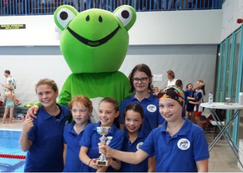Team De Werveling ontvangt de medaille uit handen van Duinkikkers-mascotte Dunky!!