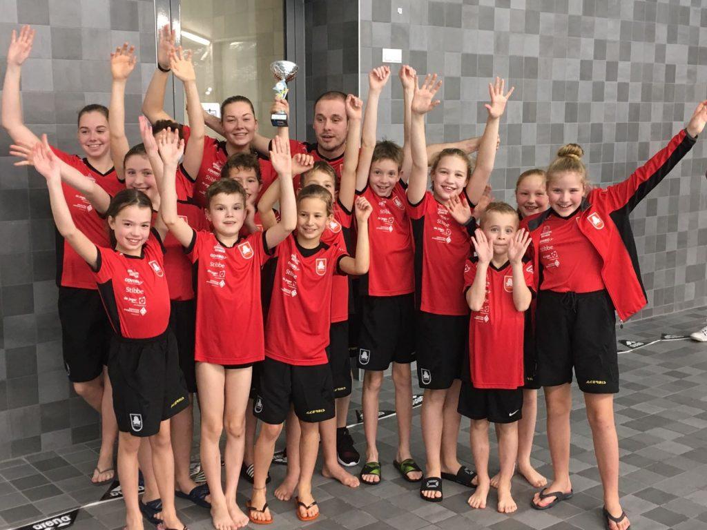 Team De Duinkikkers laat trots de gewonnen beker zien!